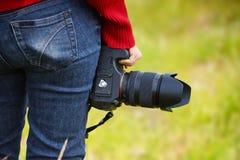 Mão que guarda um camer digital Imagem de Stock