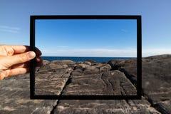 Mão que guarda um quadro preto na natureza Fotografia de Stock Royalty Free
