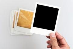 Mão que guarda um quadro velho da foto Imagem de Stock