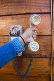 Mão que guarda um telefone branco do vintage imagem de stock