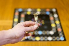 Mão que guarda uma ampulheta fotografia de stock royalty free