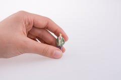 Mão que guarda uma figura Fotografia de Stock