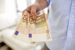 Mão que guardara cédulas europeias Fotos de Stock