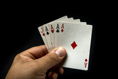 Mão que guardara cartões do póquer Fotos de Stock