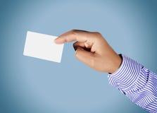 Mão que guardara o cartão Fotos de Stock