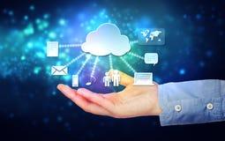 Mão que guardara o conceito de computação pairando da nuvem Imagem de Stock