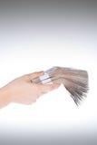 Mão que guardara o dinheiro Foto de Stock