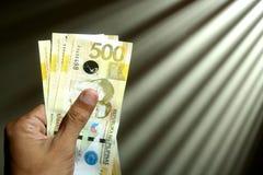Mão que guardara o dinheiro foto de stock royalty free