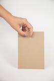 Mão que guardara o papel Fotografia de Stock