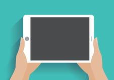 Mão que guardara o smartphone com tela vazia Foto de Stock