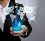 Mão que guardara o telemóvel moderno da tecnologia de comunicação Fotos de Stock