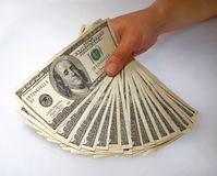 Mão que indica um pacote de contas de dólar Foto de Stock