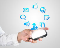 Mão que joga a aplicação moderna do telefone celular Fotografia de Stock Royalty Free