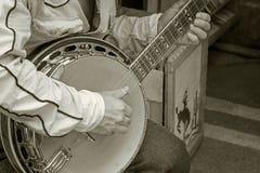 Mão que joga a cor monotone da guitarra do banjo imagens de stock