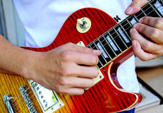 Mão que joga a guitarra Foto de Stock
