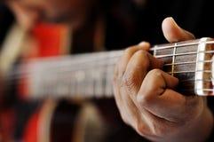 Mão que joga a guitarra Fotografia de Stock