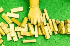Mão que joga o jenga Fotografia de Stock Royalty Free