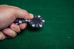 Mão que lanç microplaquetas de pôquer Fotografia de Stock
