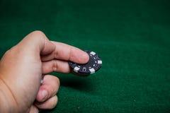 Mão que lanç microplaquetas de pôquer fotos de stock