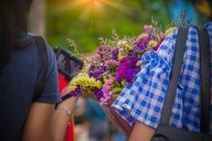 Mão que mantém flores enviadas graduado fotos de stock royalty free