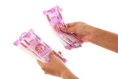Mão que mantém 2000 notas da rupia contra o whit Fotos de Stock Royalty Free