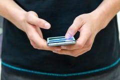 Mão que mantém o fim do telefone celular Fotos de Stock Royalty Free