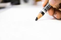 Mão que mantém o lápis macro Imagens de Stock
