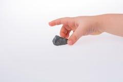 Mão que mantém pouca pedra cinzenta da cor disponivel Imagens de Stock Royalty Free