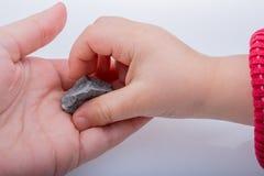 Mão que mantém pouca pedra disponivel Fotografia de Stock Royalty Free