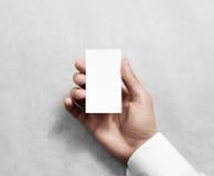 Mão que mantém a zombaria branca vertical vazia do namecard do negócio Fotografia de Stock