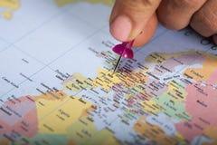 Mão que marca Paris no mapa com pino imagem de stock