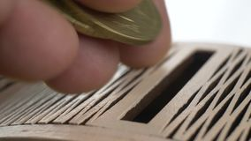 Mão que põe moedas na caixa para o conceito da doação e da doação vídeos de arquivo