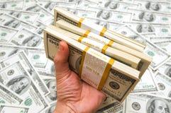 Mão que prende dólares americanos Fotografia de Stock Royalty Free