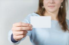 Mão que prende o cartão em branco fotografia de stock royalty free