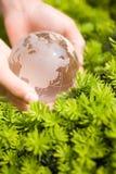 Mão que prende um globo de vidro fotografia de stock royalty free