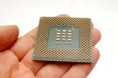 Mão que prende um microprocessador foto de stock