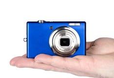 Mão que prende uma câmara digital imagem de stock