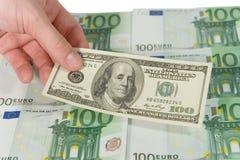 Mão que prende uma conta de dólar Imagens de Stock