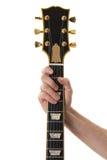 Mão que prende uma garganta da guitarra baixa Imagens de Stock