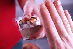 Mão que recusa o cigarro Foto de Stock