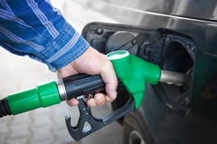 Mão que reenche o carro preto com combustível imagem de stock royalty free