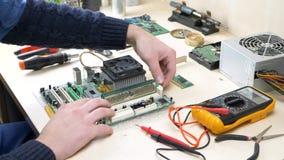 Mão que repara o computador e que trabalha com memória de RAM vídeos de arquivo