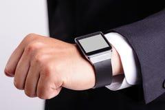 Mão que serve o relógio esperto fotografia de stock royalty free