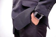 Mão que serve o relógio esperto Fotografia de Stock