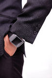 Mão que serve o relógio esperto Imagens de Stock Royalty Free