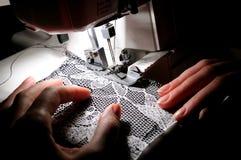Mão que sewing na máquina Fotos de Stock