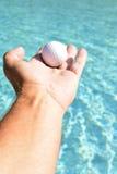 Mão que sustenta a bola Imagem de Stock
