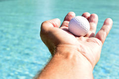 Mão que sustenta a bola Foto de Stock Royalty Free