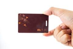 Mão que sustenta o cartão chave de afastamento de segurança Imagem de Stock Royalty Free