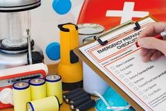 Mão que termina a lista da preparação da emergência por Equi Imagens de Stock Royalty Free